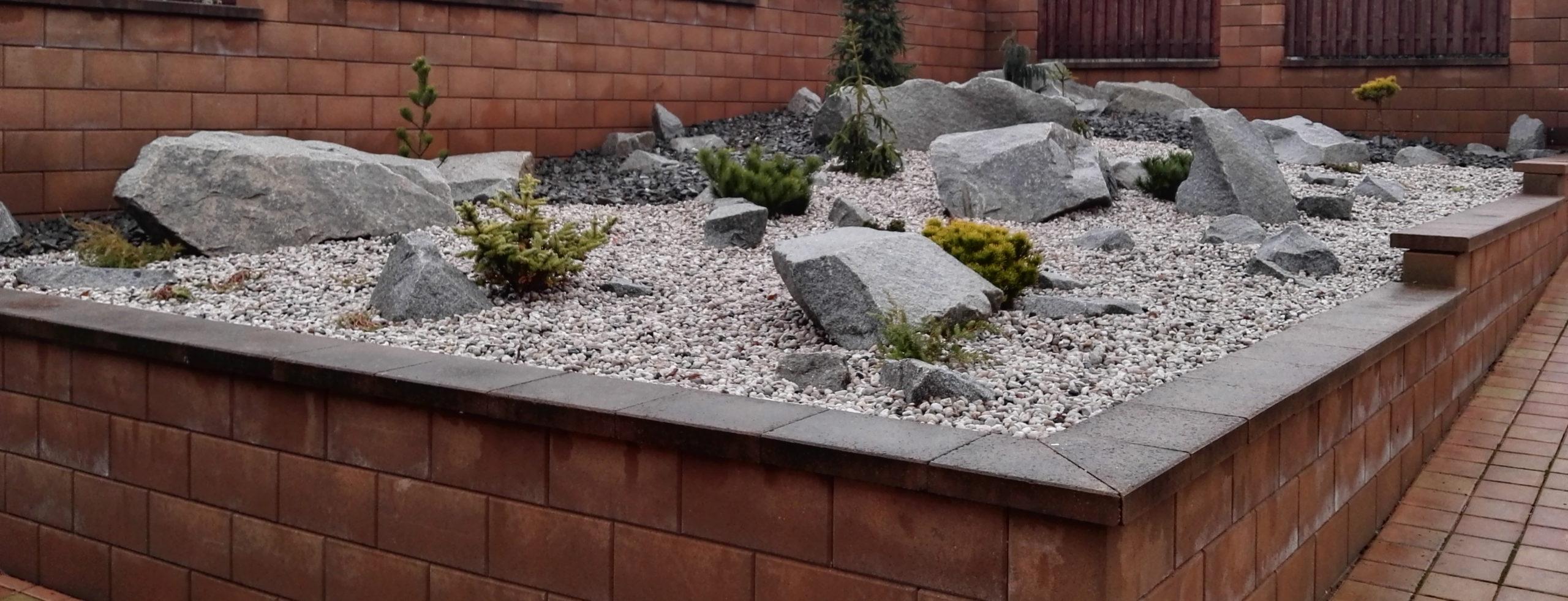 - Zabýváme se projekcí a realizací zahrad, úprav kolem domů, zámkové dlažby, ploty, pergoly a jezírka.